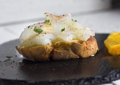 Migas en carpaccio sobre tosta de pan